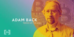Adam Back vor einer goldenen Bitcoin Münze